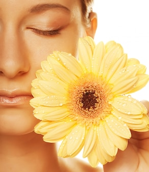 Jovem mulher com flor gerber isolada
