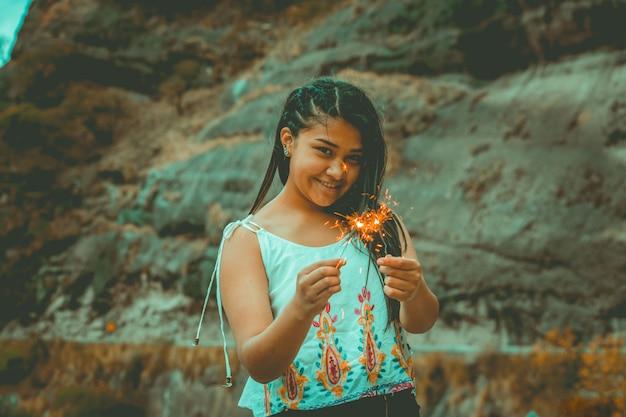 Jovem mulher com fogos de artifício