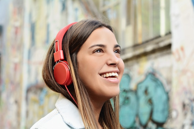 Jovem mulher com fones de ouvido.