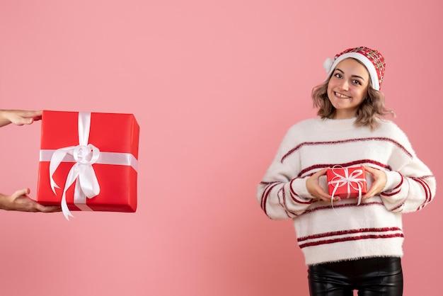 Jovem mulher com homem dando-lhe outro presente