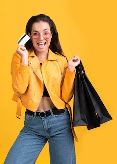 Jovem mulher com jaqueta de couro amarela preta em liquidação
