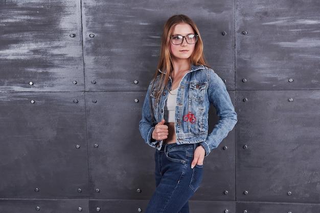 Jovem mulher com jaqueta jeans