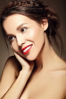 Jovem mulher com lábios vermelhos e penteado ondulado