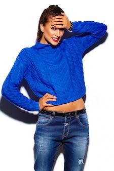 Jovem mulher com lábios vermelhos, vestindo uma camisola azul