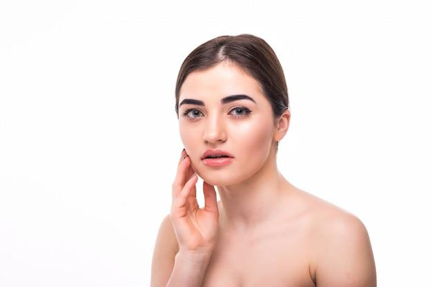 Jovem mulher com maquiagem bonita isolada. conceito de juventude e cuidados com a pele