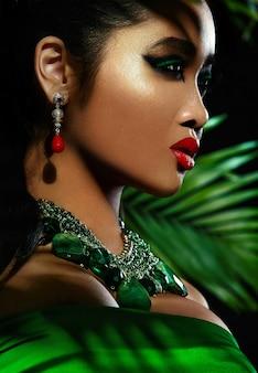 Jovem mulher com maquiagem brilhante e lábios vermelhos