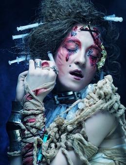 Jovem mulher com maquiagem criativa. tema de halloween.