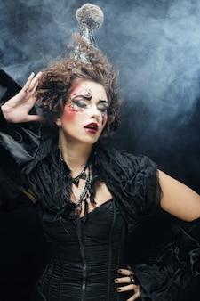 Jovem mulher com maquiagem criativa.