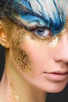 Jovem mulher com maquiagem fantasia. fechar-se