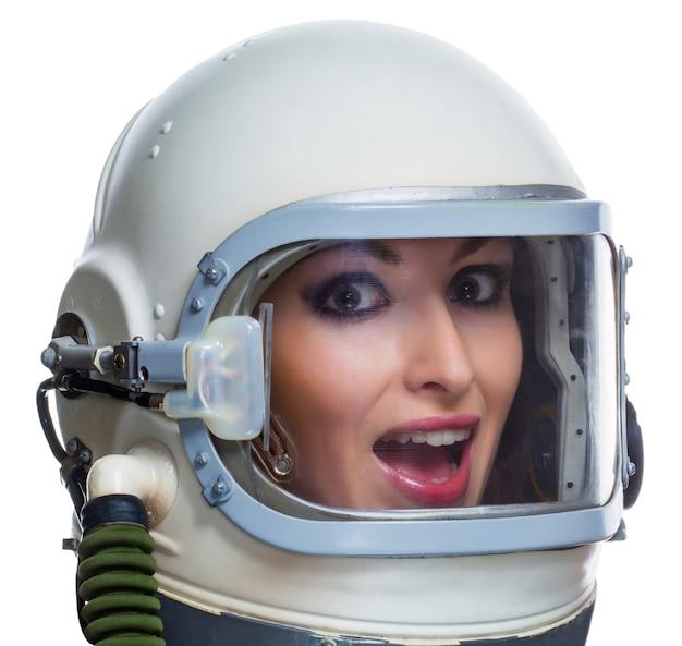 Jovem mulher com maquiagem usando capacete espacial vintage, isolado no fundo branco.
