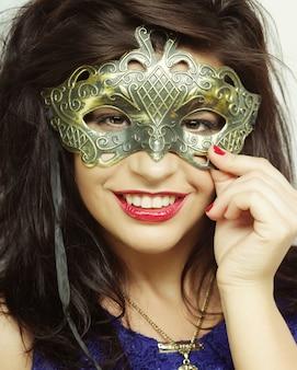 Jovem mulher com máscara misteriosa