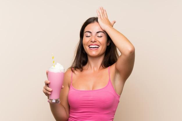 Jovem mulher com milk-shake de morango percebeu algo e pretendia a solução