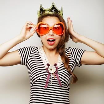 Jovem mulher com óculos de grande festa