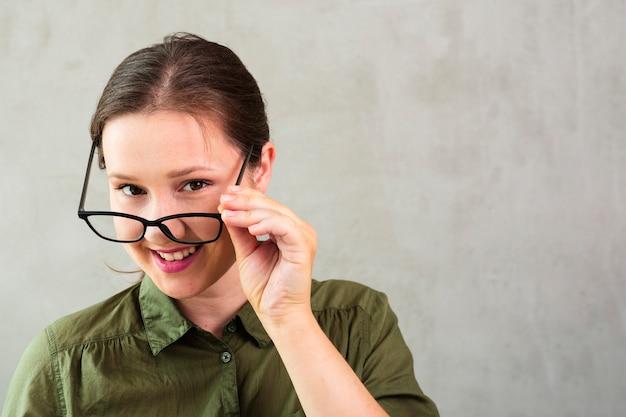 Jovem mulher com óculos sorrindo