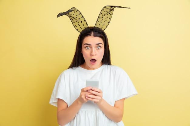 Jovem mulher com orelhas de coelho para a páscoa