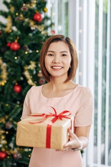 Jovem mulher com presente de natal