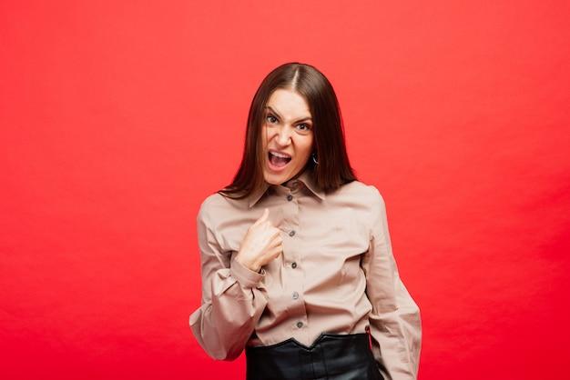 Jovem mulher com raiva e medo emocional