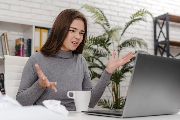 Jovem mulher com raiva enquanto trabalha em casa Foto Premium