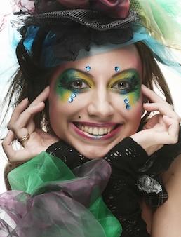 Jovem mulher com rosto criativo