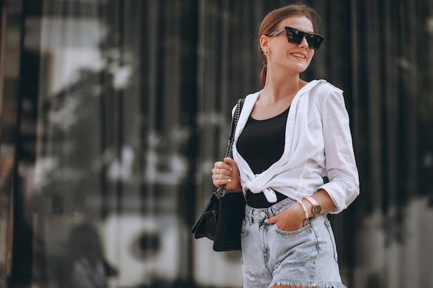 Jovem mulher com roupa de verão na cidade