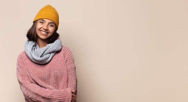 Jovem mulher com roupas de inverno posando