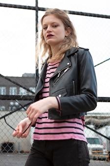 Jovem mulher com roupas punk ao ar livre