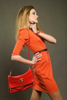 Jovem mulher com saco