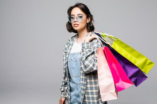 Jovem mulher com sacolas de compras. conceito de vendas
