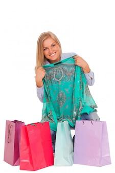 Jovem mulher com sacolas de compras
