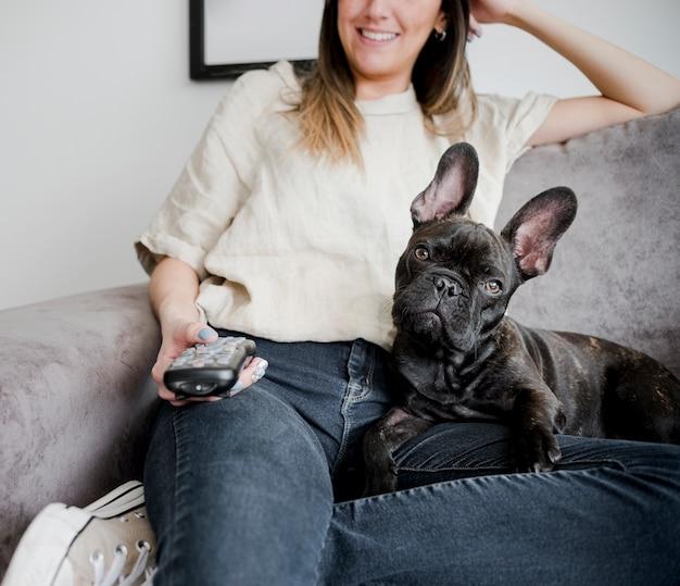 Jovem mulher com seu cachorrinho fofo
