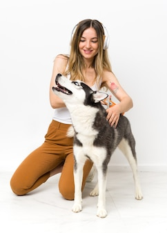 Jovem mulher com seu cachorro husky