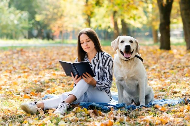Jovem mulher com seu cachorro no parque