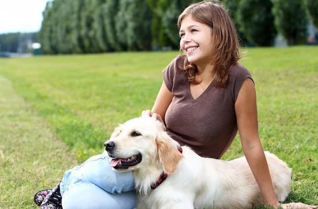 Jovem mulher com seu cachorro
