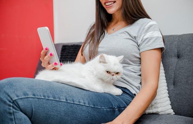 Jovem mulher com seu gato peludo