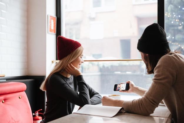 Jovem mulher com seu homem no café