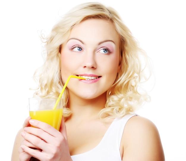 Jovem mulher com suco de laranja