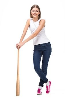 Jovem mulher com taco de beisebol de madeira.