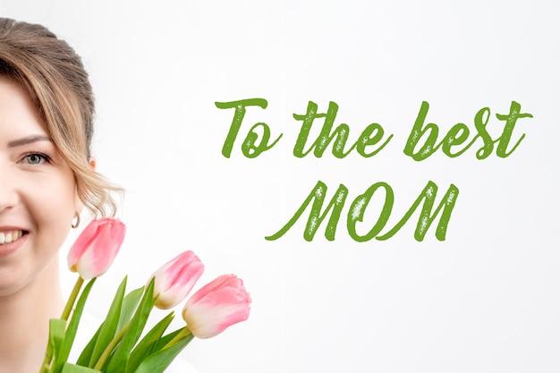Jovem mulher com tulipas. feliz dia das mães cartão