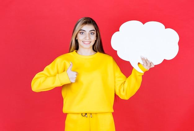 Jovem mulher com um balão de fala aparecendo o polegar no vermelho