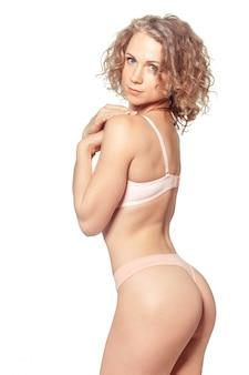 Jovem mulher com um corpo perfeito magro bonito em biquíni