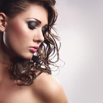 Jovem mulher com um penteado bonito