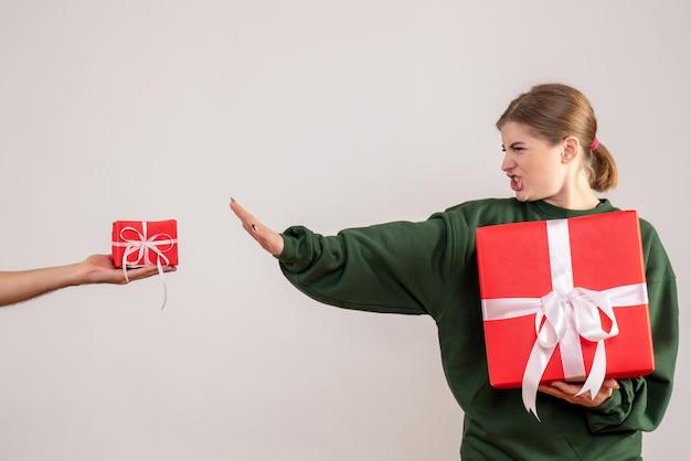 Jovem mulher com um presente e aceitando um pequeno presente do homem