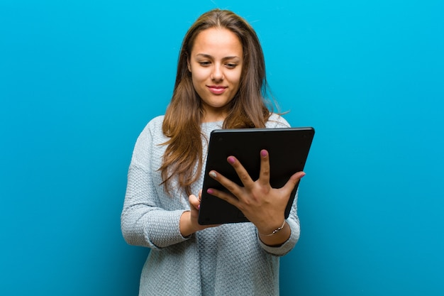 Jovem mulher com um tablet