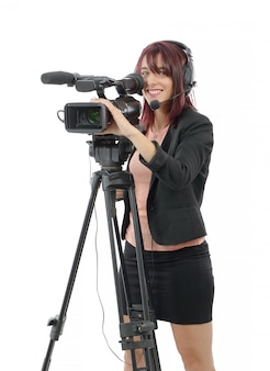 Jovem mulher com uma câmera de vídeo profissional