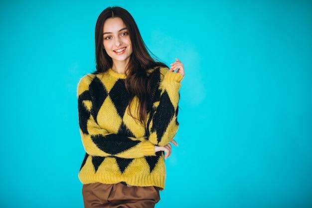 Jovem mulher com uma camisola quente