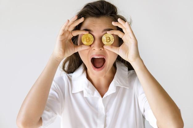 Jovem mulher com uma criptomoeda bitcoin
