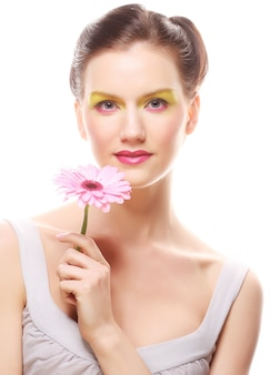 Jovem mulher com uma flor