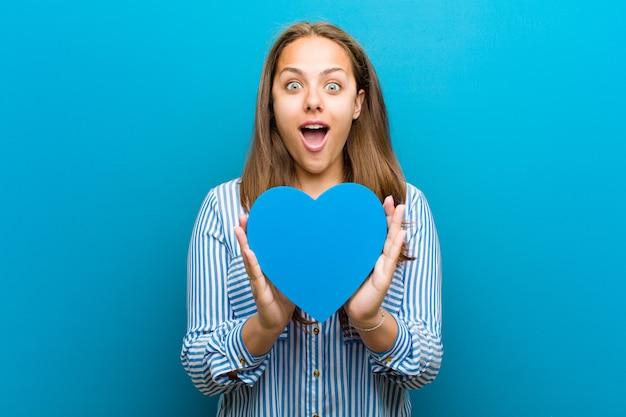 Jovem mulher com uma forma de coração azul