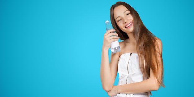 Jovem mulher com uma garrafa de água potável