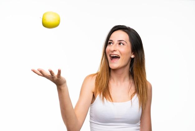 Jovem mulher com uma maçã branca